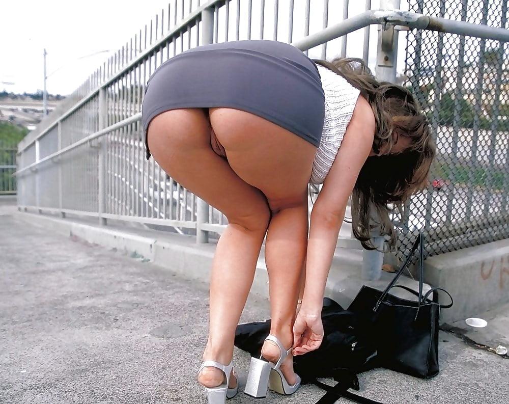 Фото богатая женщина нагнулась в коротком платье с голой попкой, эротическое порно видео супер пизда