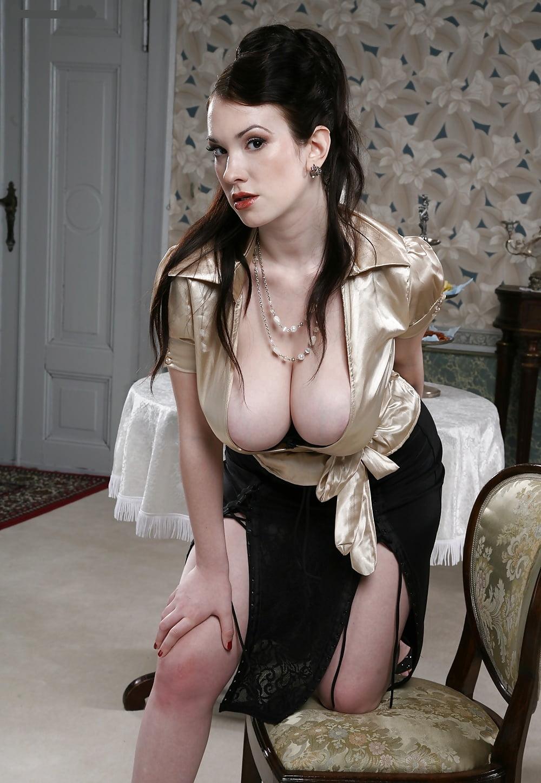 Сиськи вываливаются из платья фото #9