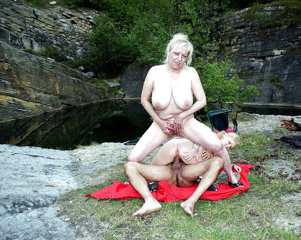 старик и девушка на природе лижутся