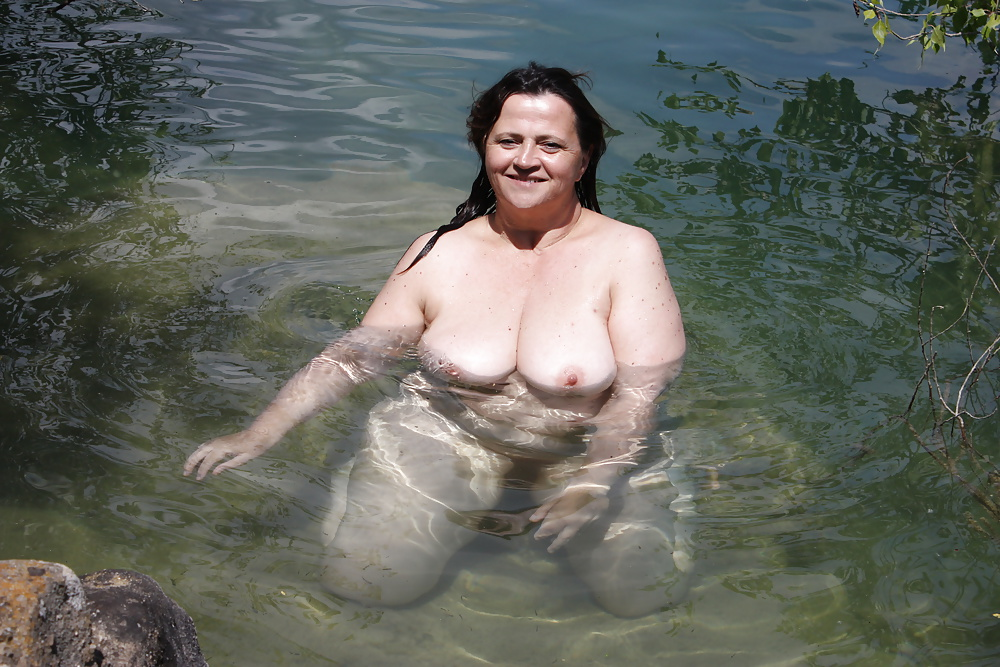 две голые зрелые женщины купаются обожаю
