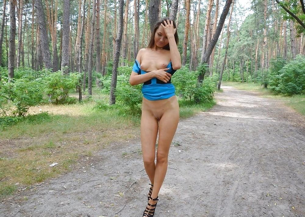 aleksandra-na-progulke-foto-bez-trusov