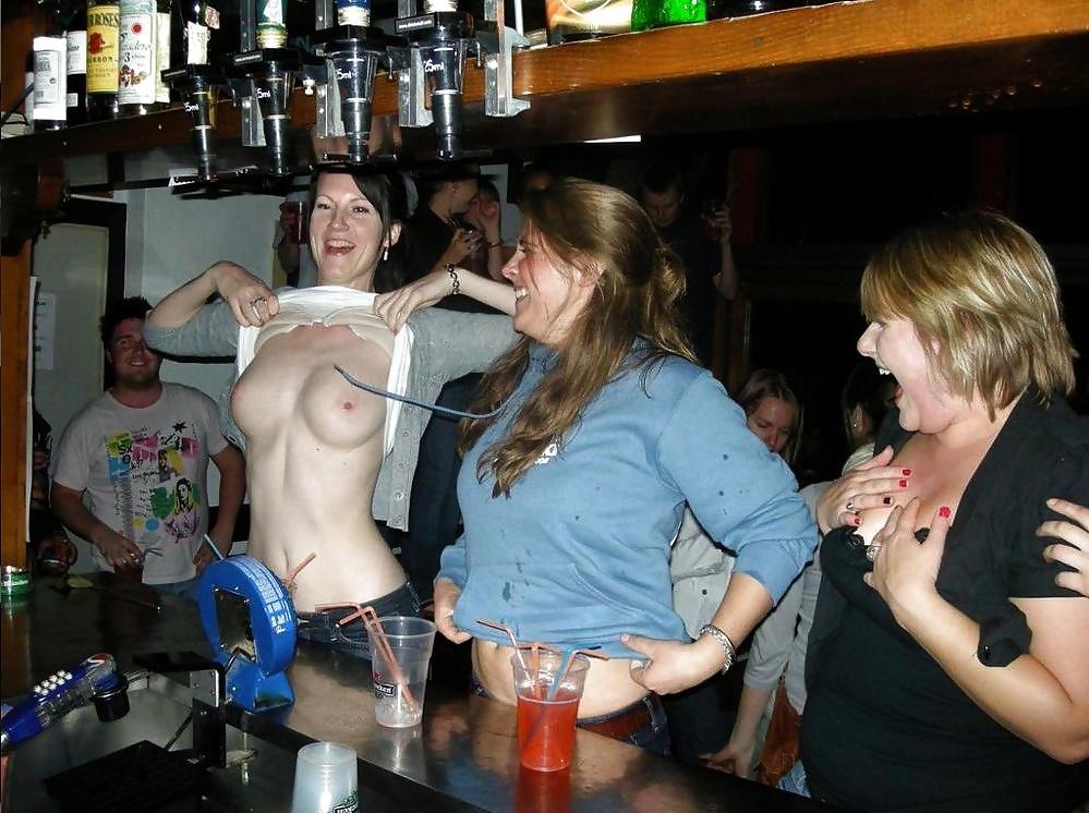 Раздеваются до гола пьяные девушки