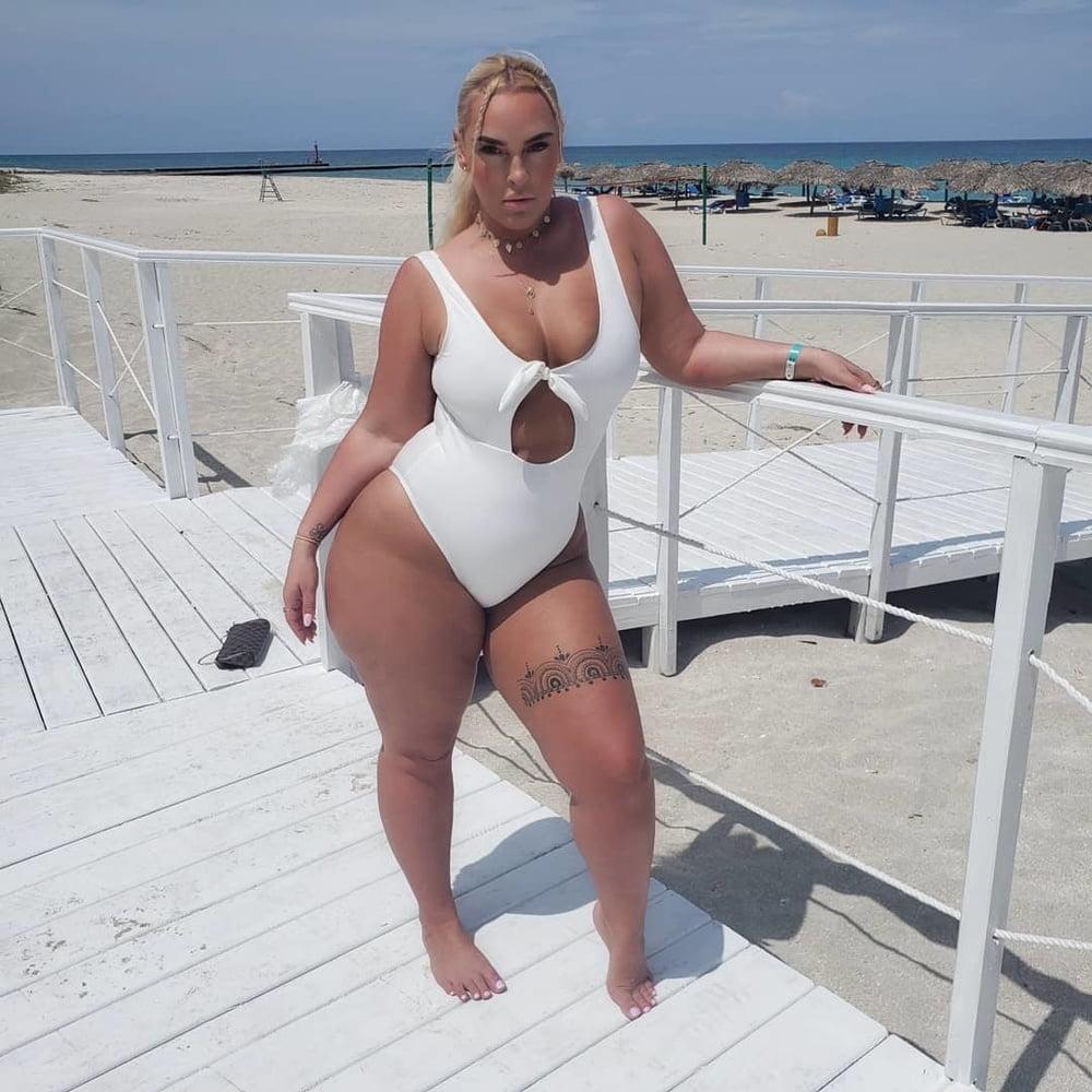 Толстые ляжки на пляже фото — pic 7