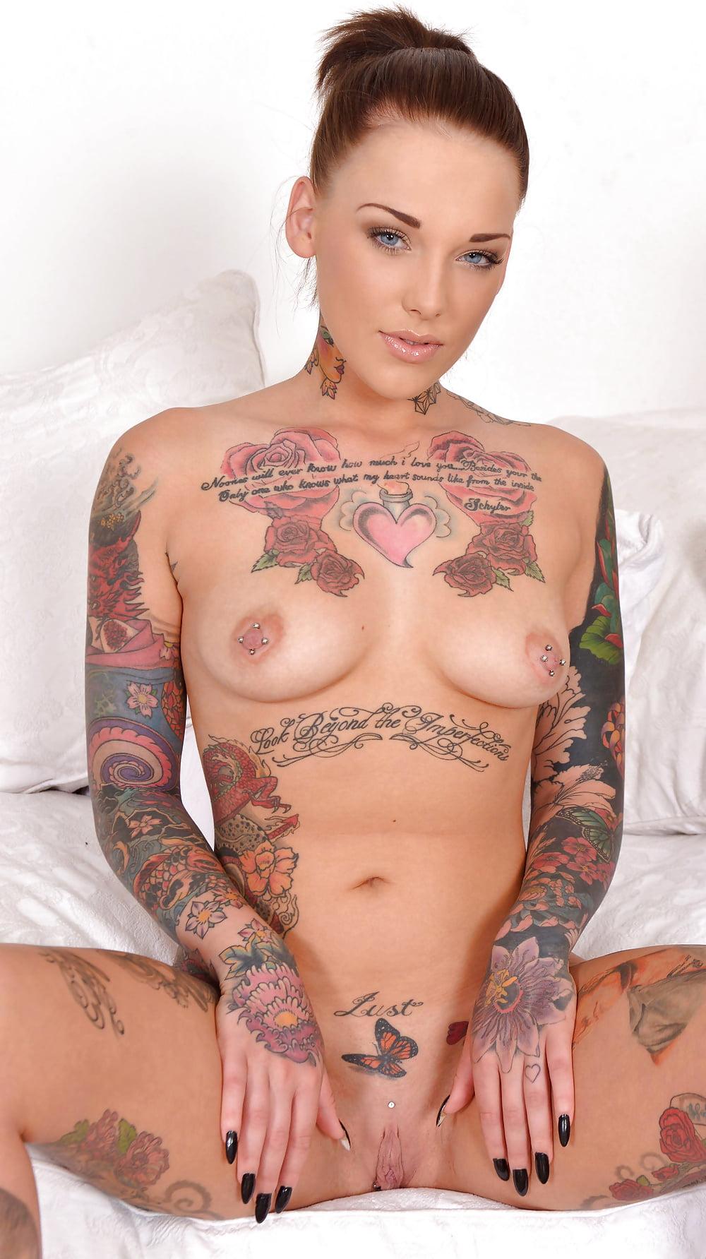 Рыжая порноактриса с татуировкой пистолета