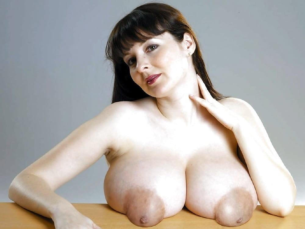 Фото больших натуральных сисек с большими торчащими сосками