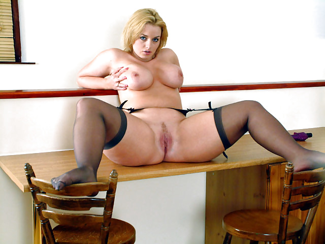 Mature Bbw Lindsey Ward Playing On Bed