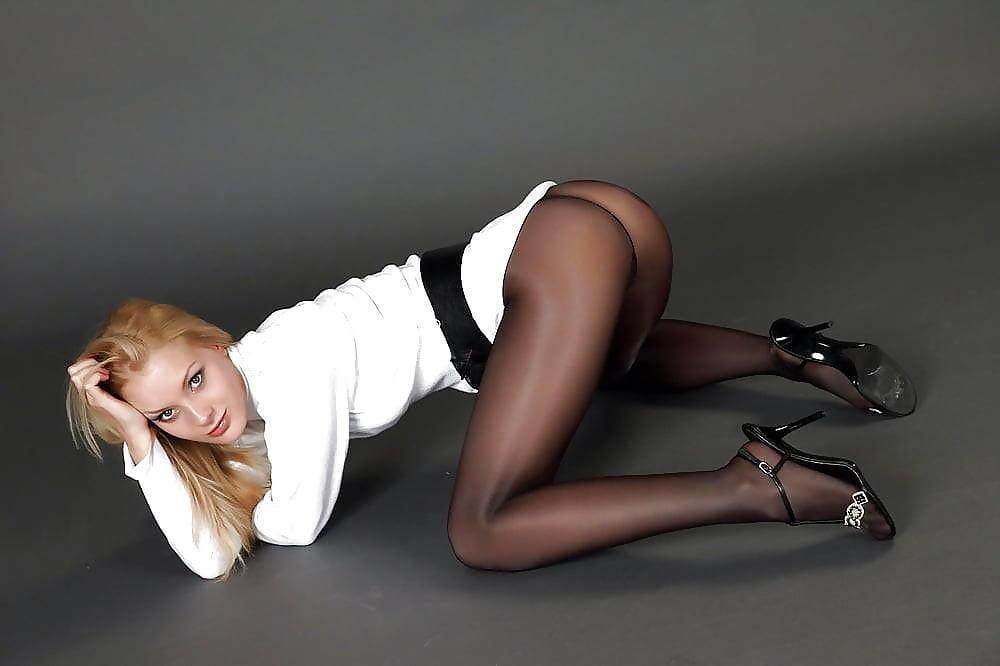 Девушка на столе черных колготках эротическое фото, большова анна ню