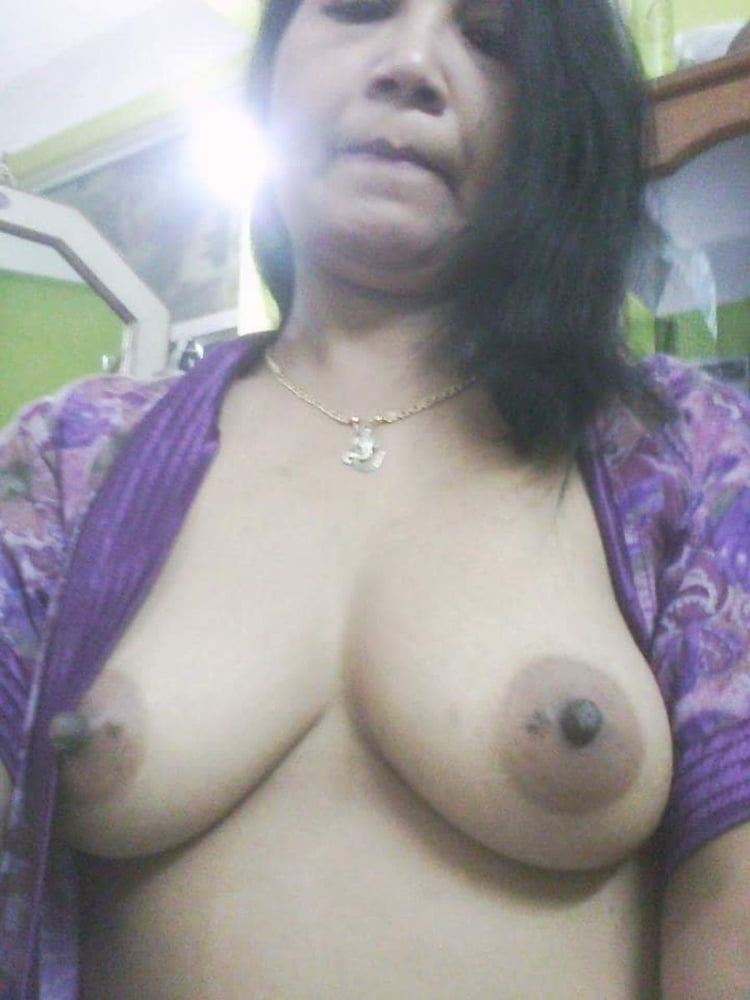 aunty-clicking-nude-selfies