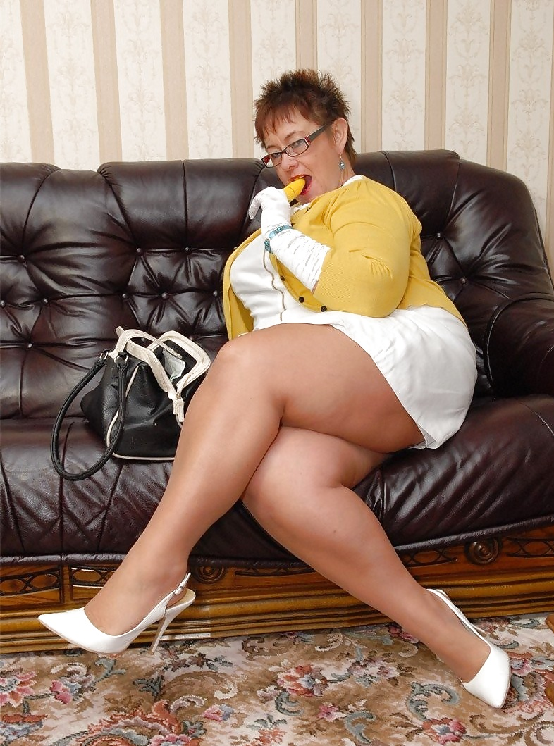 Mature in pantyhose upkirt