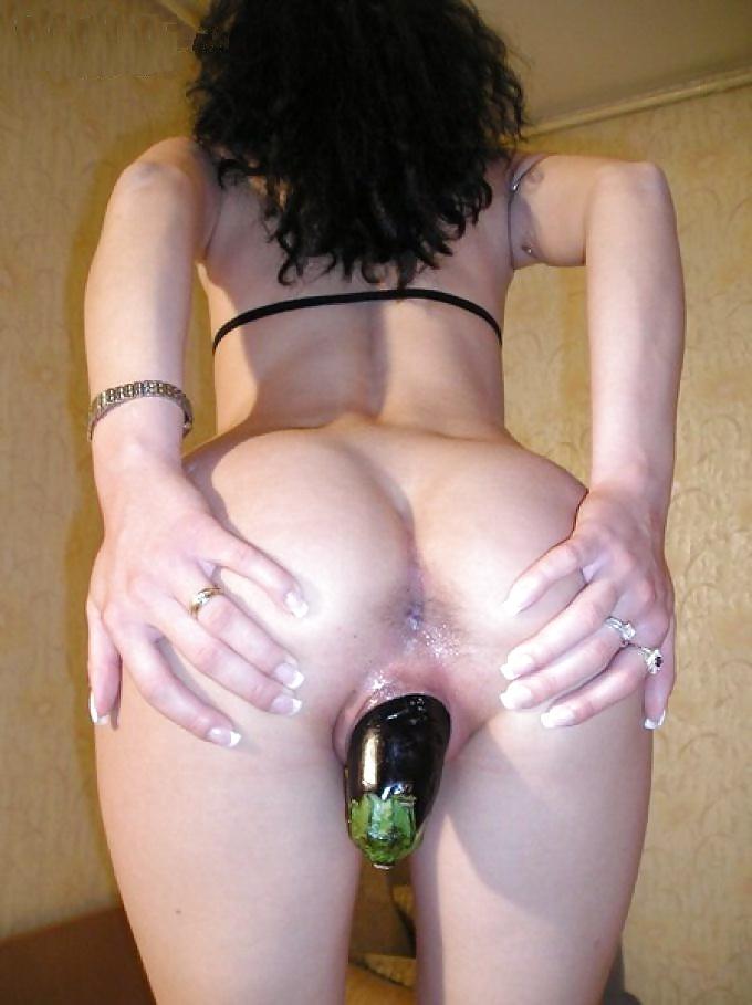 Фото очень дырявую шлюху трахнули бутылкой